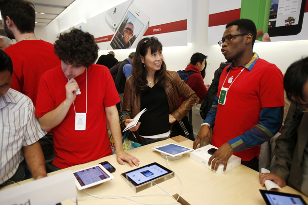 Black Friday sales online top $1 billion for first time: Report