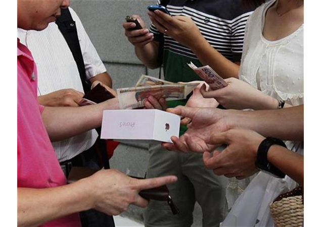 Smugglers take iPhone 5 to China, but supplies thin