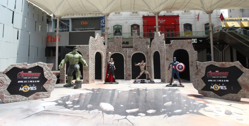avengers_age_of_ultron_event_mumbai_statues.jpg