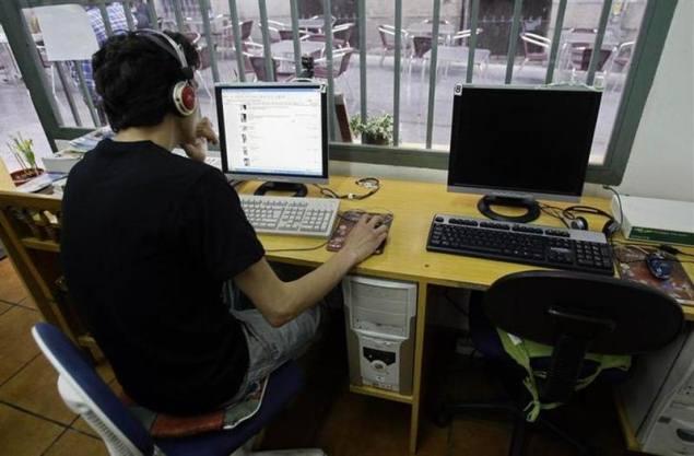 2,464 cases of cyber-crimes were registered in 2012: Milind Deora