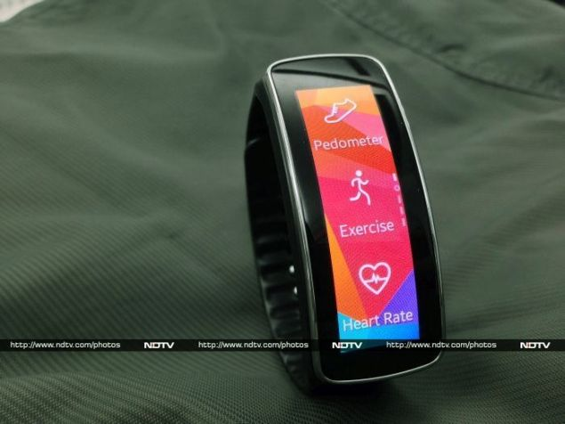 Samsung_Gear_Fit_03_upright_ndtv.jpg