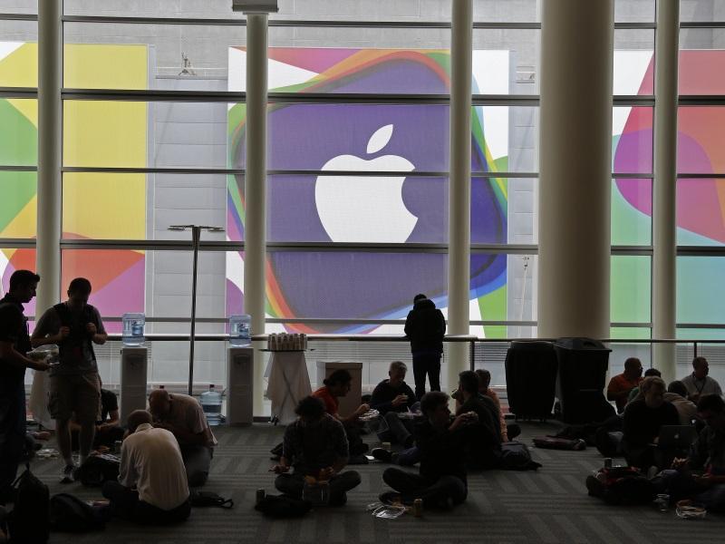 Warren Buffett's Berkshire Hathway Invests in Apple
