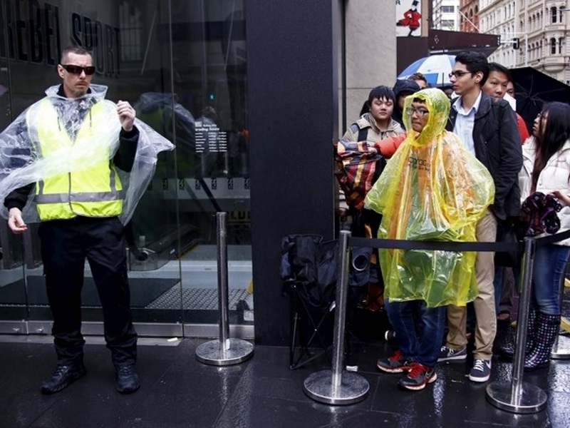 Apple Fans, Robot Brave Sydney Rain as New iPhone 6s Hits Stores