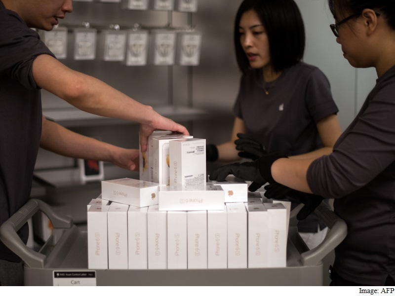 Apple Extends iPhone Production Cut for Another Quarter: Nikkei