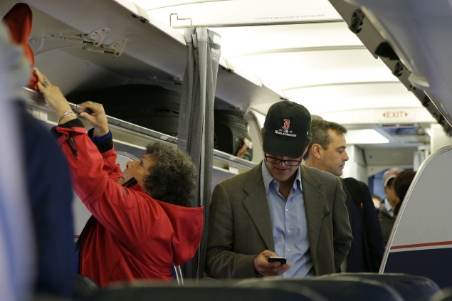FCC head says he personally opposes in-flight cellphone use