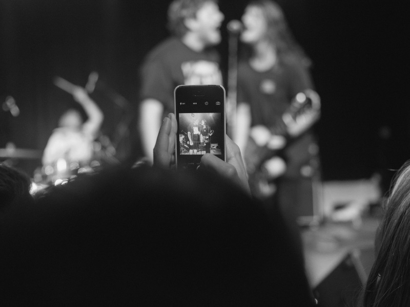 Apple Patents Tech That Could Stop You From Using a Camera Phone at Concerts