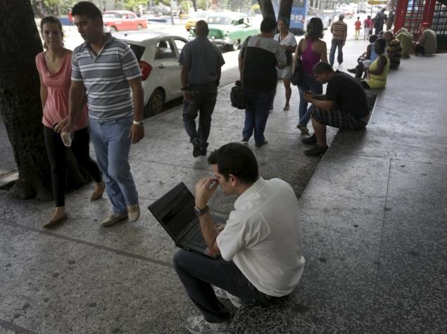 Cuba, an Internet Laggard, Opens Wi-Fi Hotspots Across Country