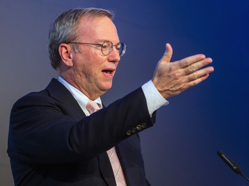 Google Ex-Boss Schmidt Reveals He Has an iPhone