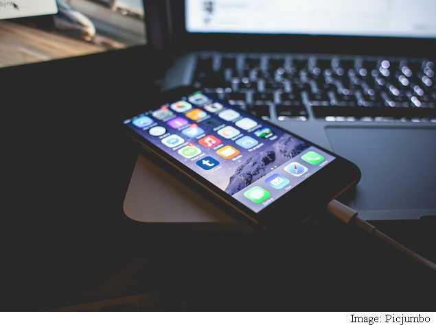 iphone_6_charging_macbook_picjumbo.jpg