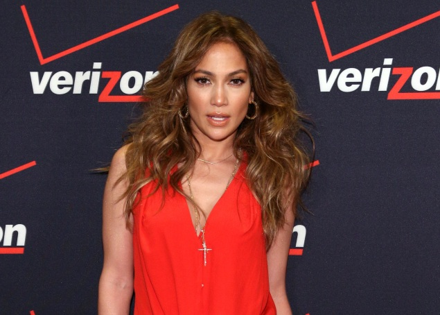 Jennifer Lopez to open mobile stores under Viva Movil brand