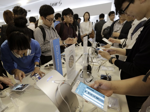 people_checking_samsung_products_ap.jpg