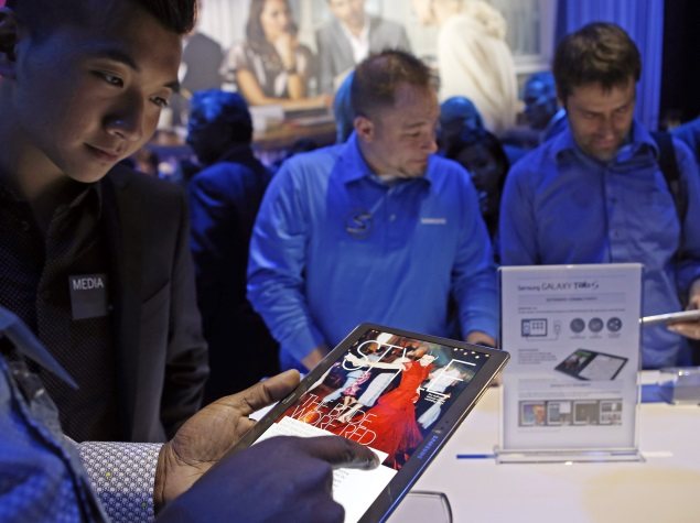 people_trying_samsung_galaxy_tab_s_at_launch_02_ap.jpg