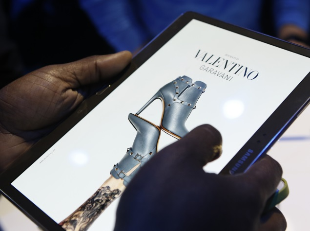 people_trying_samsung_galaxy_tab_s_at_launch_03_ap.jpg