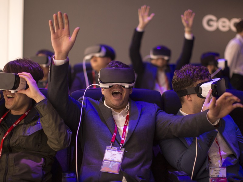 MWC 2016: Phone Makers Bank on VR, Add-Ons to Ignite Sales