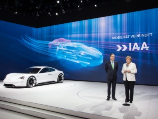 Startups, IT Giants Explore Auto World of Tomorrow