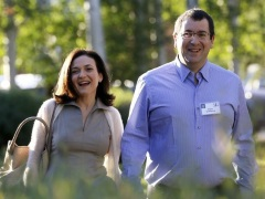 Facebook's Sandberg Emerges to Speak at Husband's Memorial