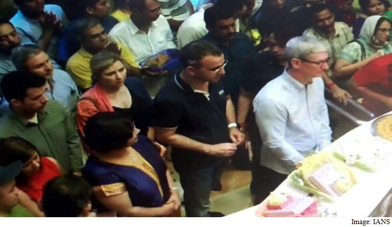 Apple CEO Tim Cook Kicks Off India Trip With Visit to Siddhivinayak Temple