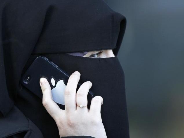 women_niqab_iphone_reuters.jpg