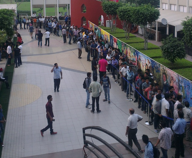 iPhone 5s, iPhone 5c welcomed by long queues across India