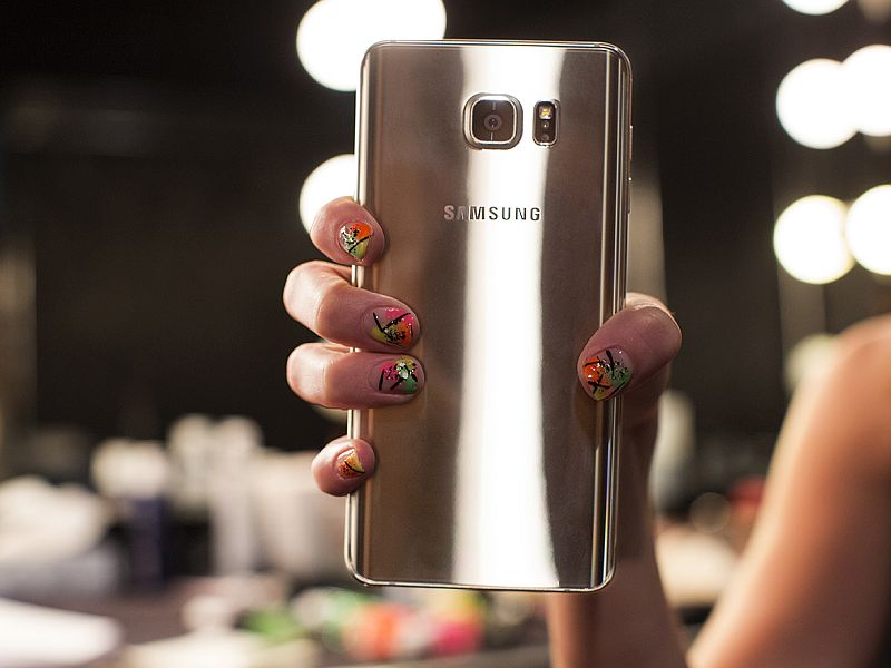 Samsung Maintains Lead Over Apple in Q4 2015: Strategy Analytics