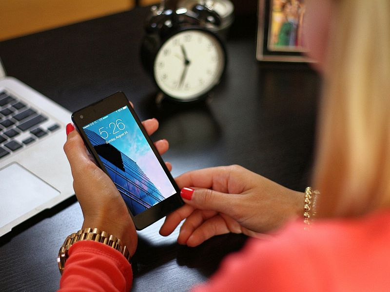 smartphone_hands_generic_pixabay.jpg